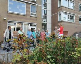 Cliëntenraad schenkt tuinbanken aan bewoners Overslydrecht